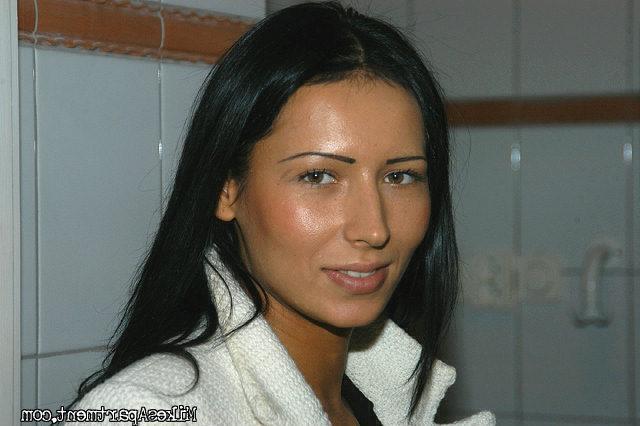 Ритка обнажила влажную киску секс фото