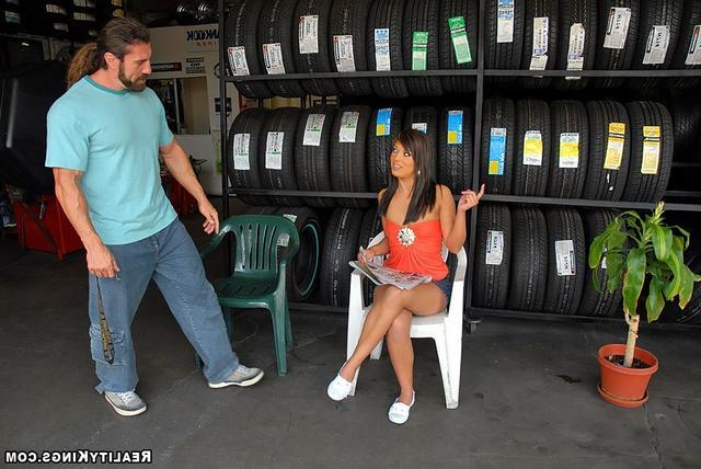 Продавщица шин закрутила с покупателем