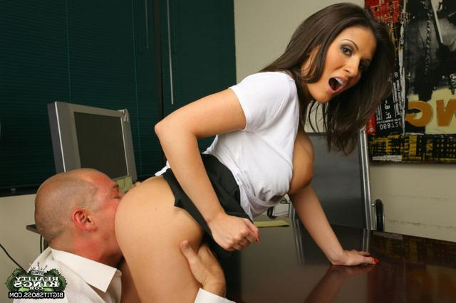 Сексапильную секретаршу хорошо шпилят