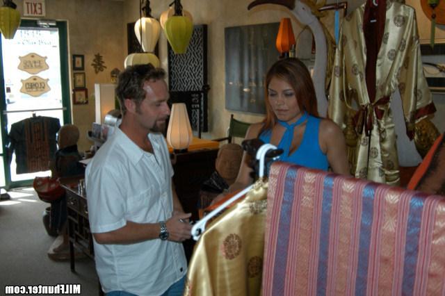 Перепихнулся с продавщицей одежды