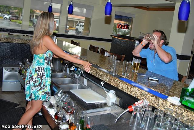 Девушка дала киску бармену бесплатно