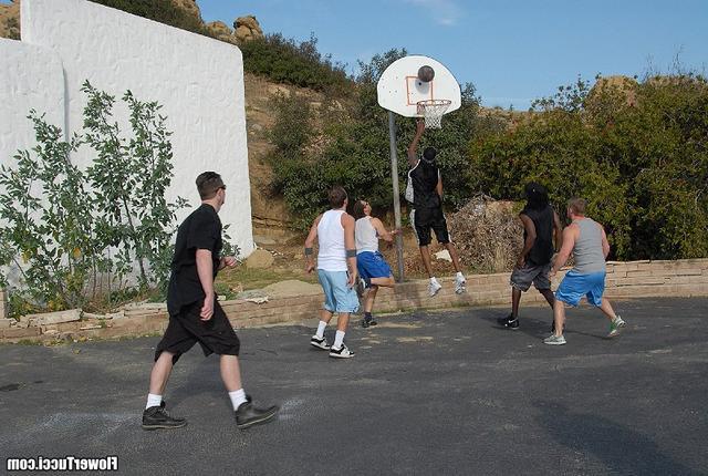После баскетбола всей толпой трахнулись смотреть эротику