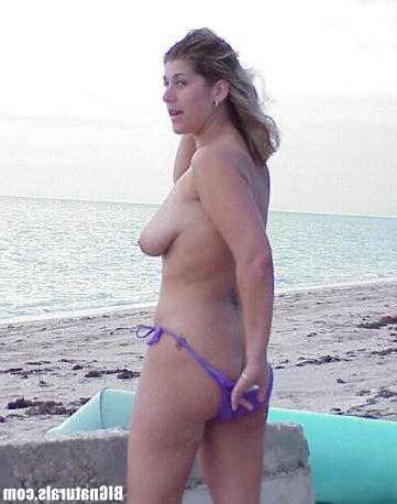Возбуждённая зрелка раздевается на пляже
