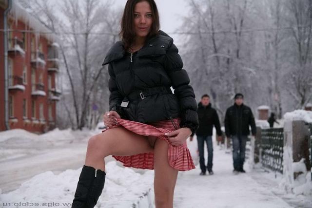 Снежная принцесса показывает, что под юбочкой смотреть эротику