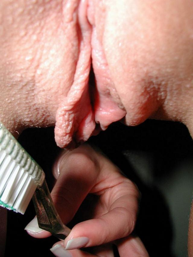 Ласкает свою киску зубной щеткой