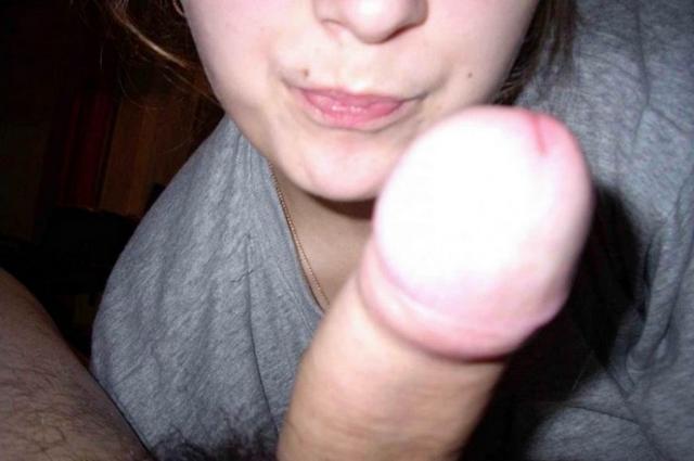 Девчонки ублажают губками пенисы