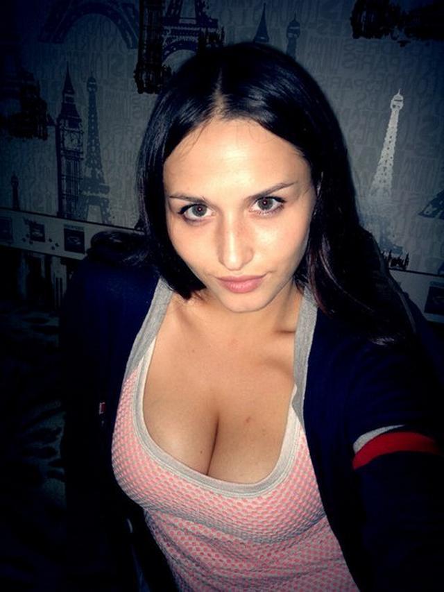 Хорошенькие стройняшки позируют грудями