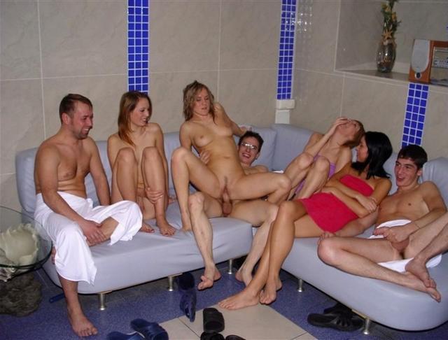 Ребята пригласили в сауну девок