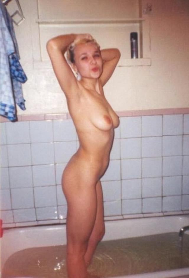 Обычная красотка купается в ванной