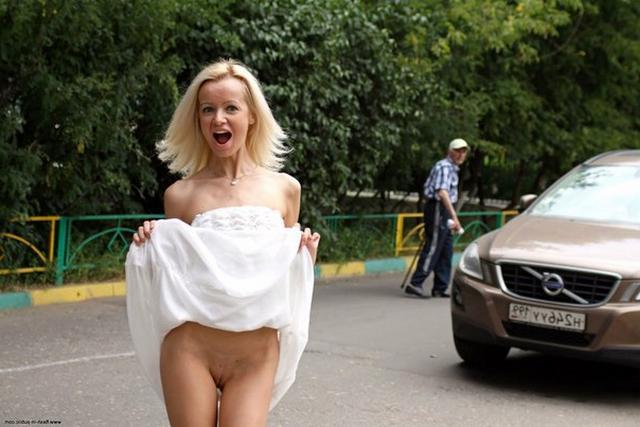 Тощая блондинка раздевается в публичных местах