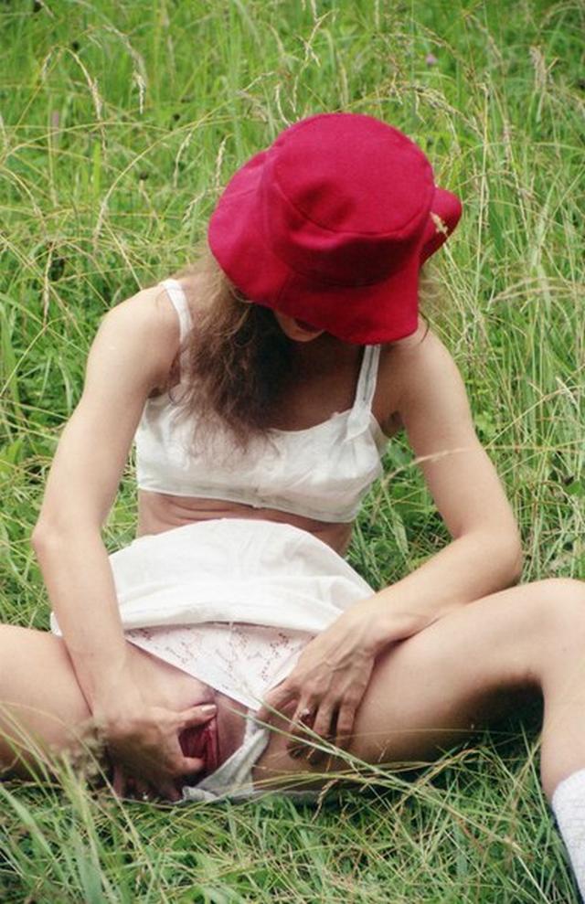 Голая Изабелла снимается в саду