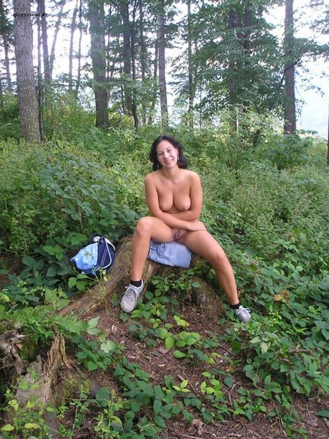 Обнаженная барышня в зеленом лесу