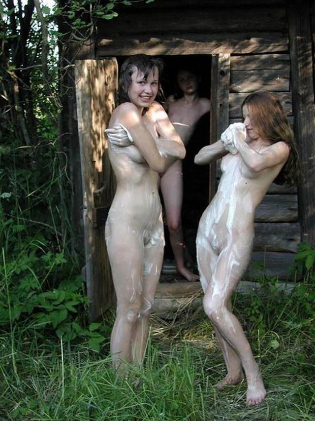 Голые малышки парятся в сауне