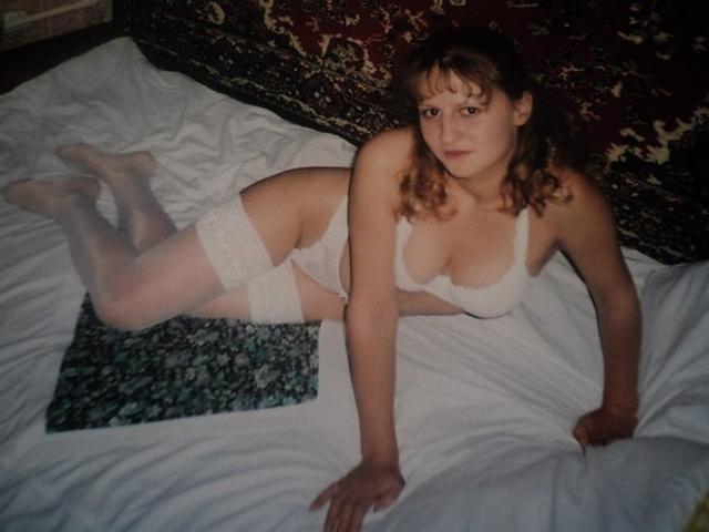 Девка в сексуальном белье снимается