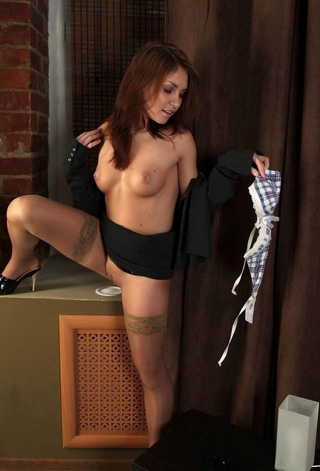 Симпатичная проститутка уже сняла трусы секс фото