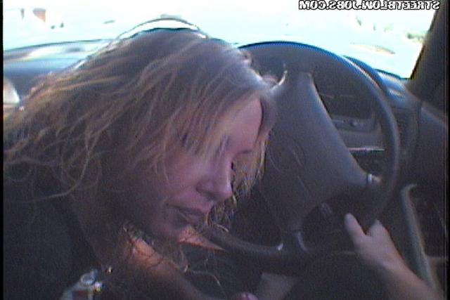 Сосалка берет в рот парню за рулем смотреть эротику