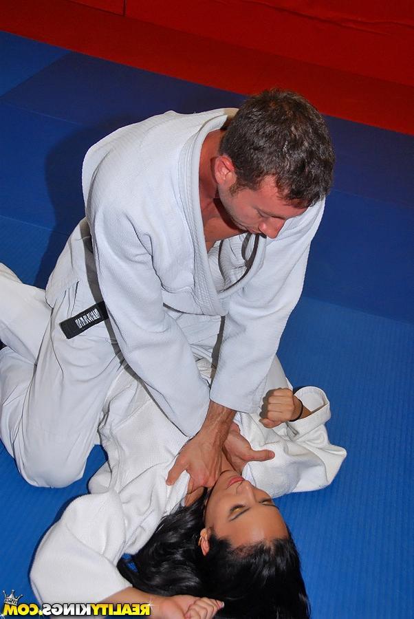 Тренер по каратэ трахнул студентку