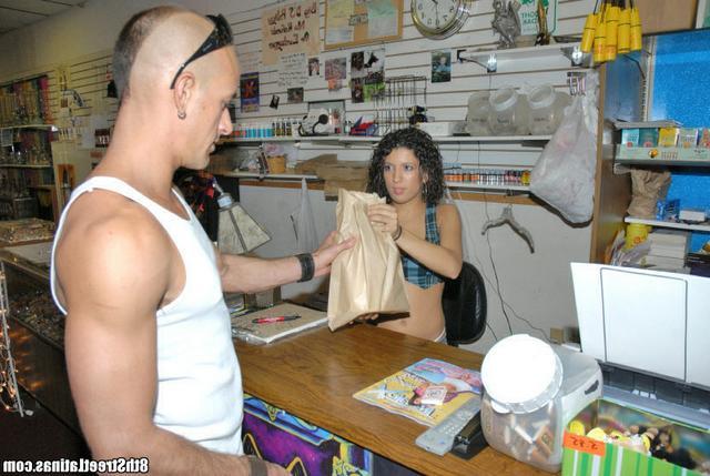 Продавщица Лола продала свое туловище