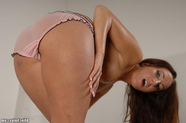 Под юбкой и стрингами влажная киска секс фото