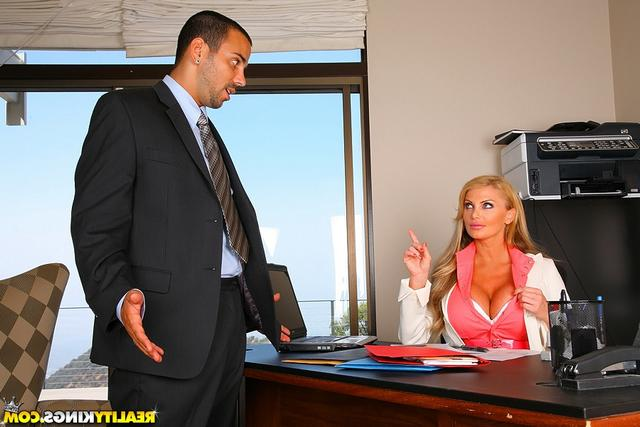 Сотрудник поимел привлекательную начальницу