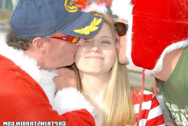 Пара Санта-Клаусов наяривает барышню