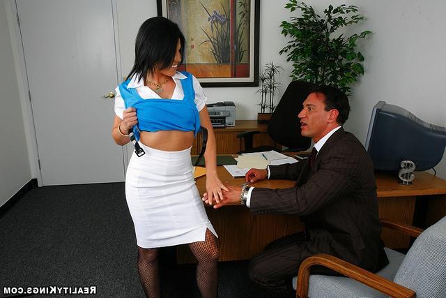 Босс временами дрюкает секретаршу секс фото