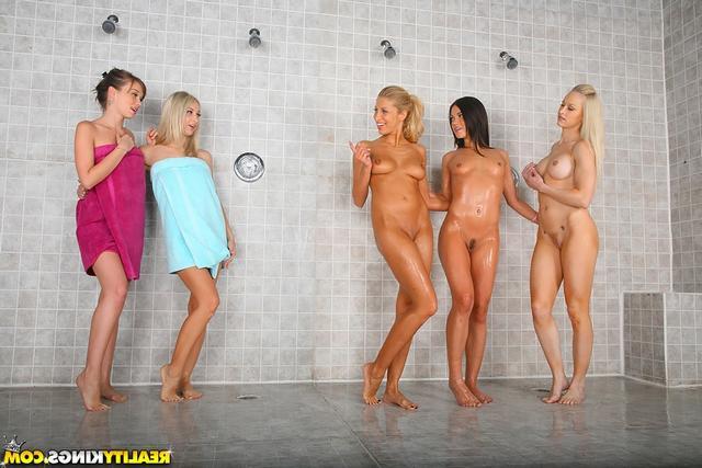 Чистенькие лесбиянки в душевой