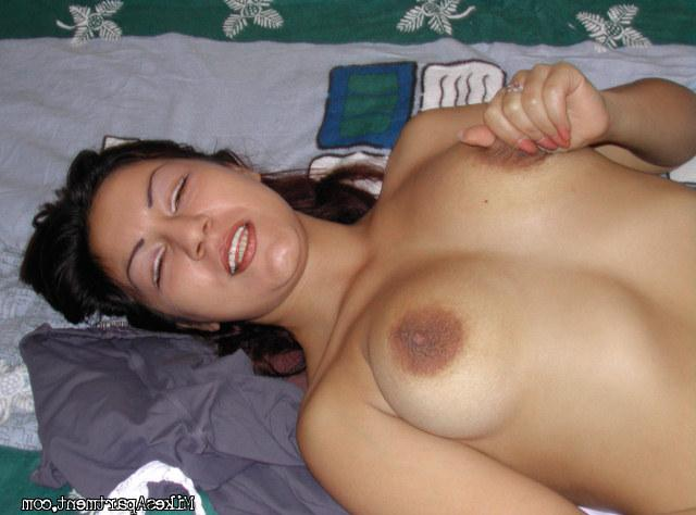 Ласкает собственную грудь и киску
