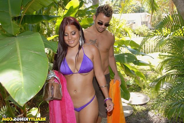 На песке поимел колумбийку смотреть эротику