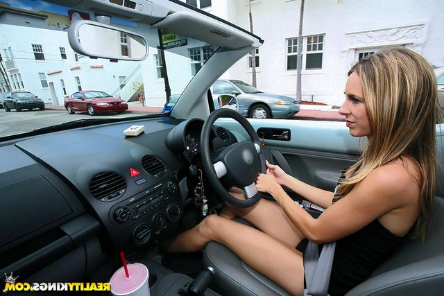 Онанирует в автомобильном салоне