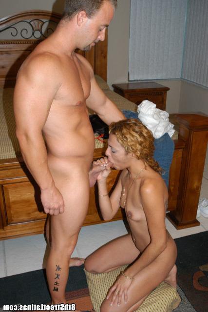 Рыженькая милашка развлекает парня смотреть эротику