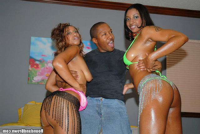 С двумя африканками мужику хорошо