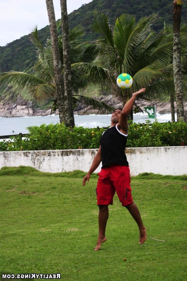 Волейболистка дает трогать свои буфера