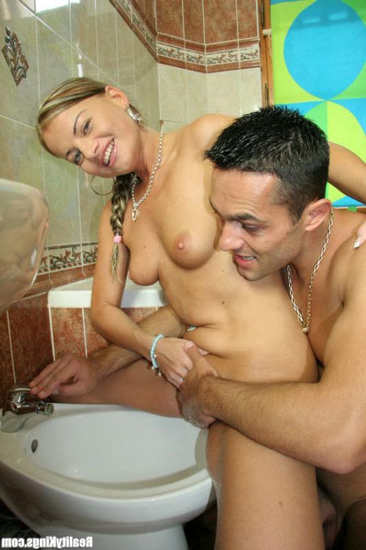 Парочки занялись свингом под душем смотреть эротику