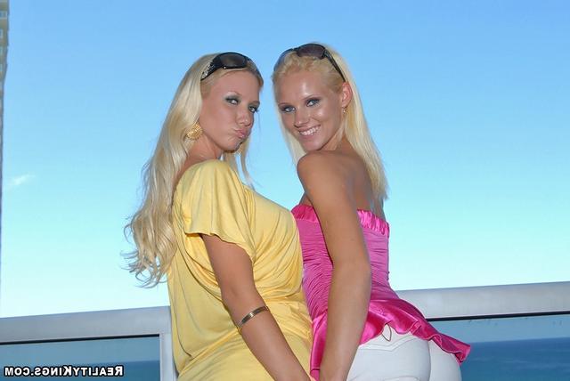 Близняшки притворяются лесбиянками
