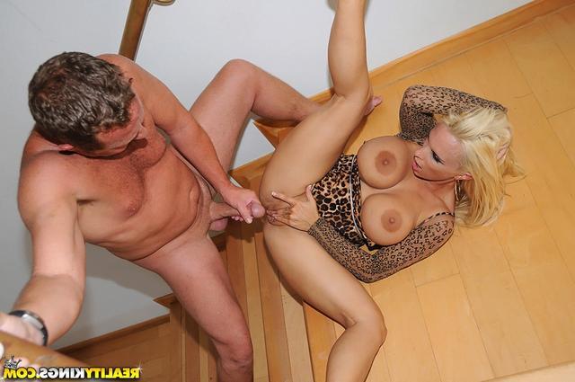 Баба леопарда занимается сексом на ступеньках
