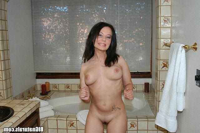 Сиськатая Нелли мастурбирует с баньке