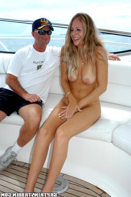 Старый рыбак порит дочку