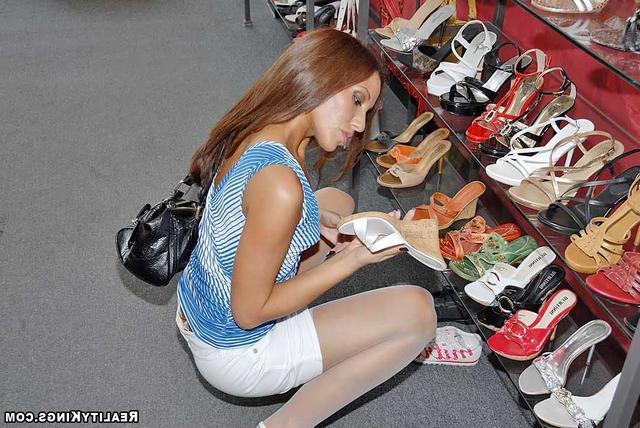 Худенькая красотка дала продавцу обуви