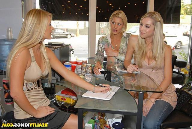 Стройные блондинки устроили оргию