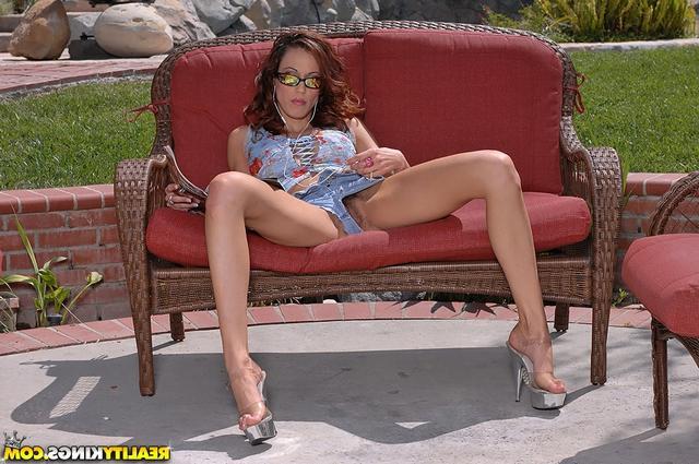 Лайла раздвинула ноги пошире