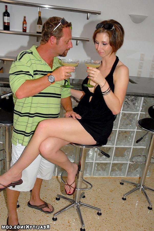 Сделала минет мужику в баре