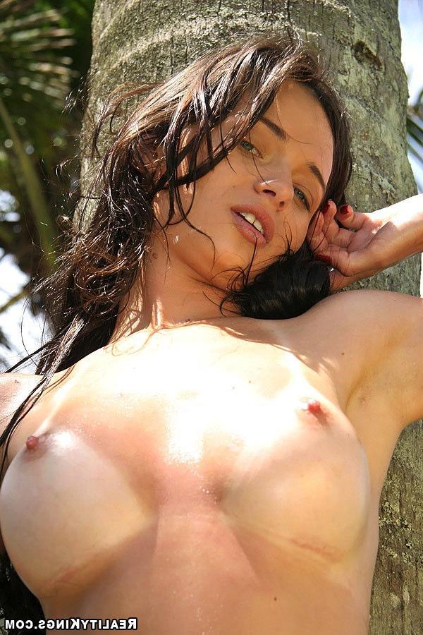 Ебет зеленоглазую девушку под пальмами
