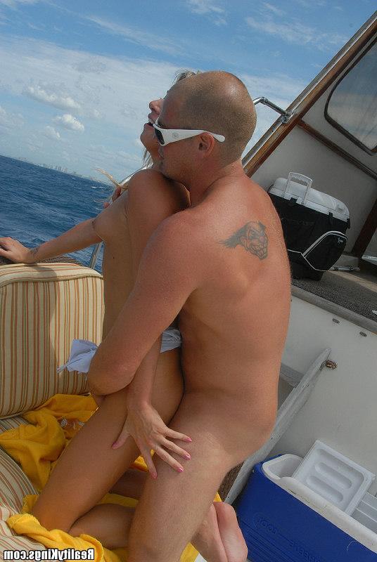 Жарит милую шлюшку посреди моря