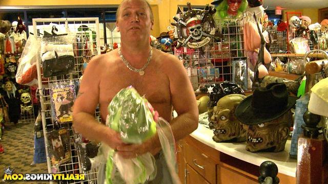 Продавец трахает баб в магазине