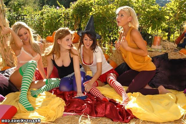 Разноцветные лесбиянки устроили оргию
