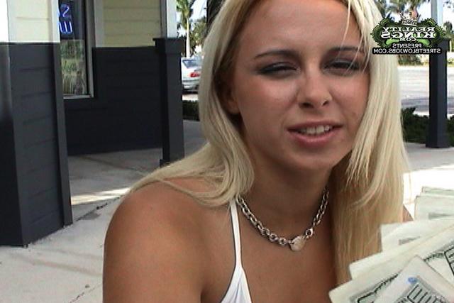 Великолепная блонди работает губами