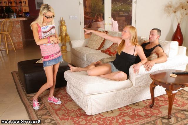 Прелестница спит с юношей сестры