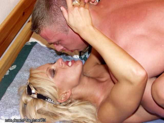 Страстная блондинка с красивыми титьками