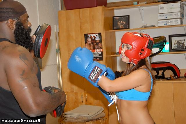 Боксерши и возбужденный афроамериканец